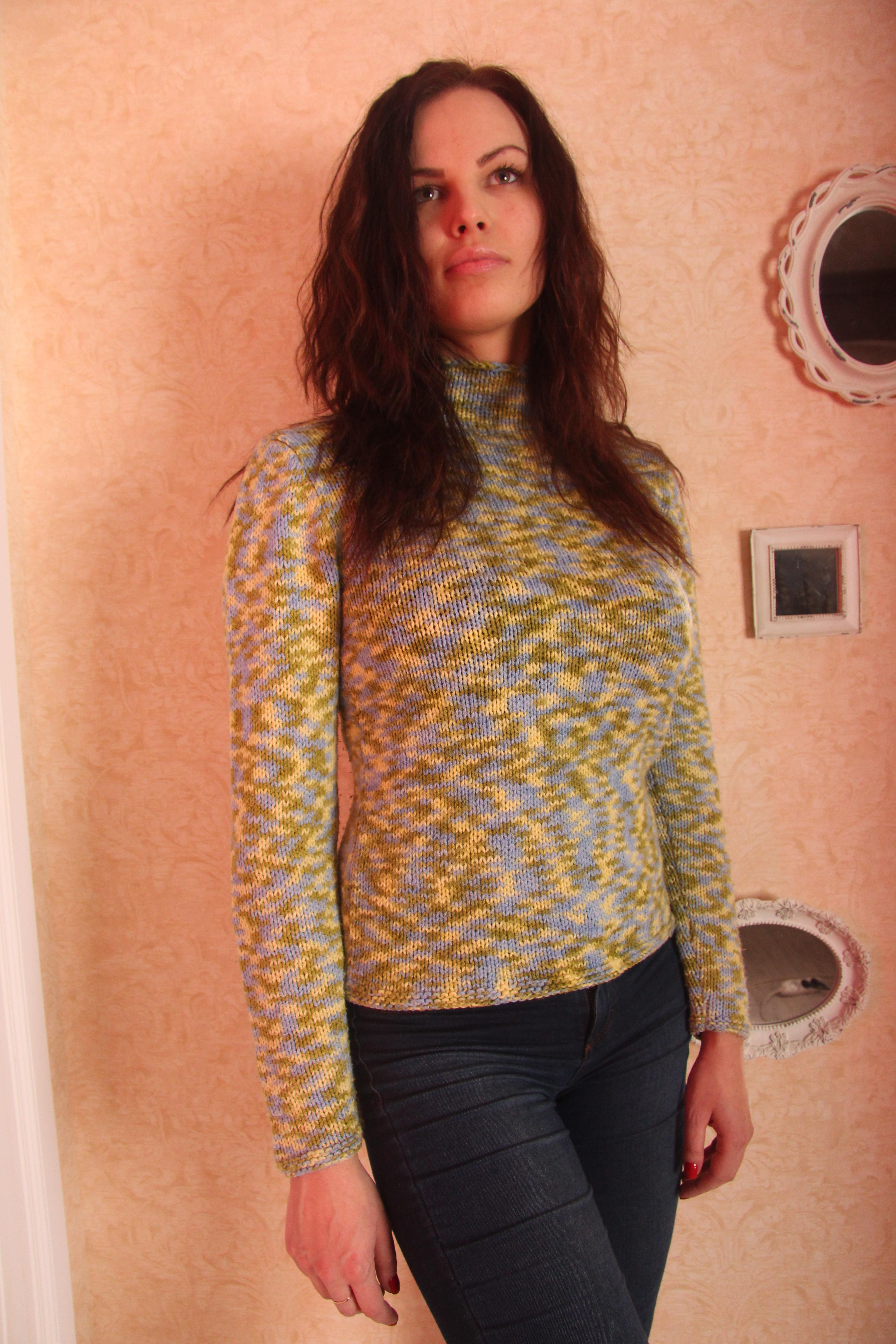 Зелёный вязаный свитер вид спереди