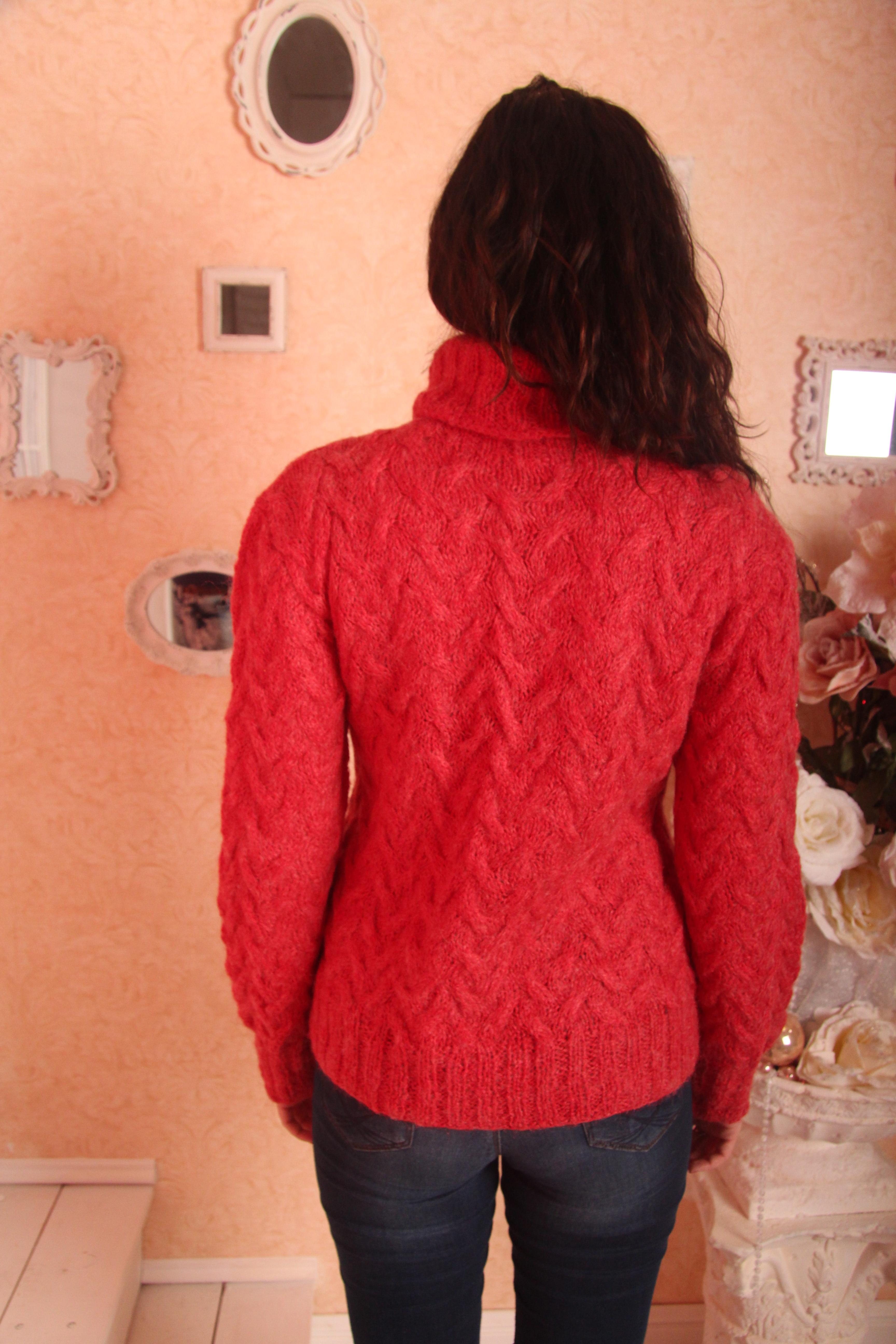 Тёплый вязаный свитер вид сзади