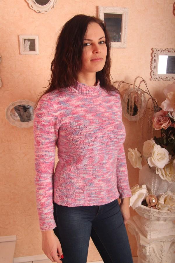 Вязаный свитер розовой расцветки