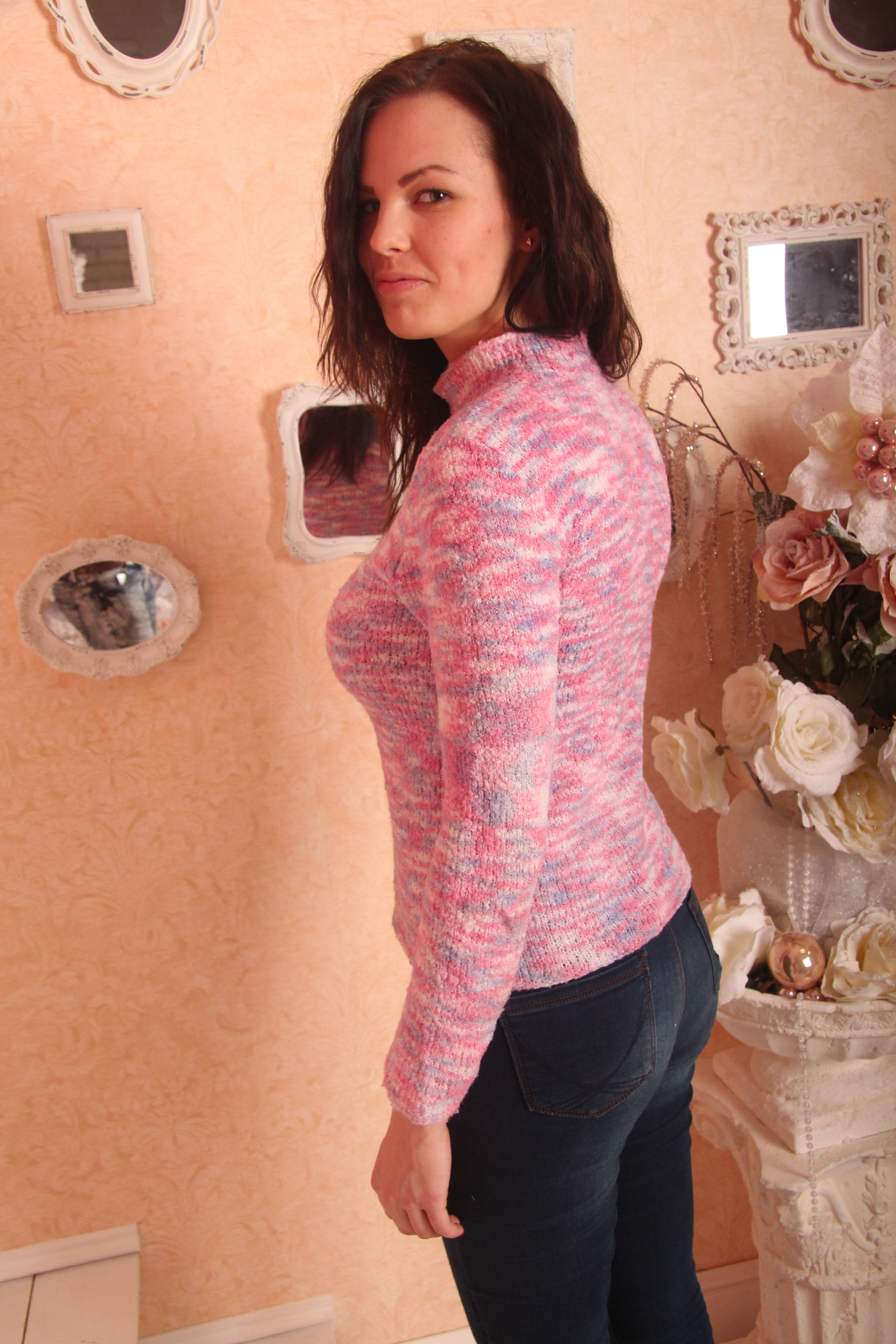 Розовый свитер вид сбоку